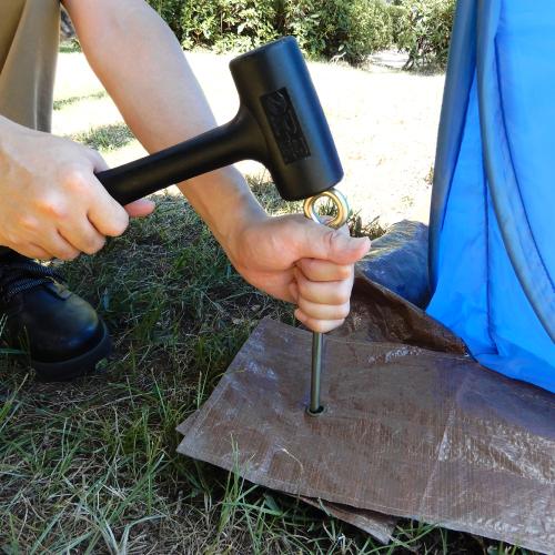 テント固定用のハトメ穴付き